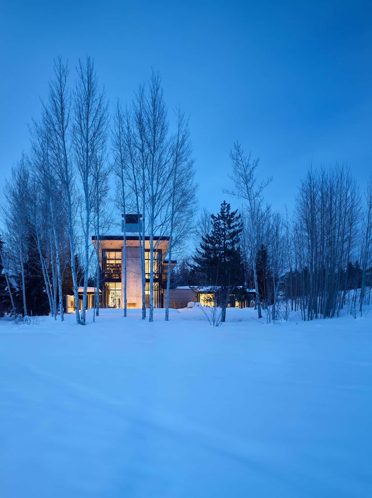 mountain-contemporary-home-exterior-with-snow