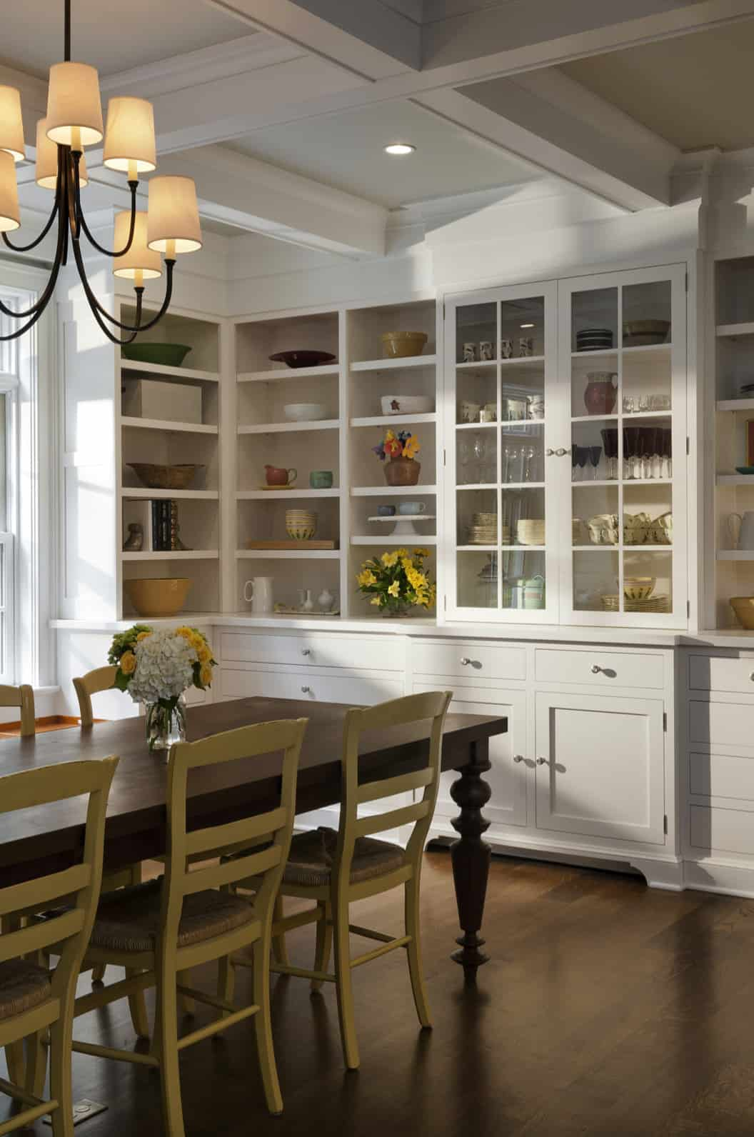 traditional-style-dining-room-with-built-in-cabinetry