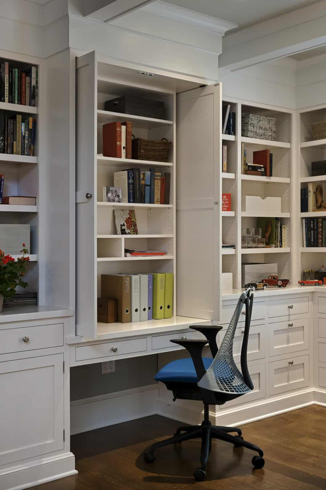 traditional-style-home-office-with-built-in-cabinetry