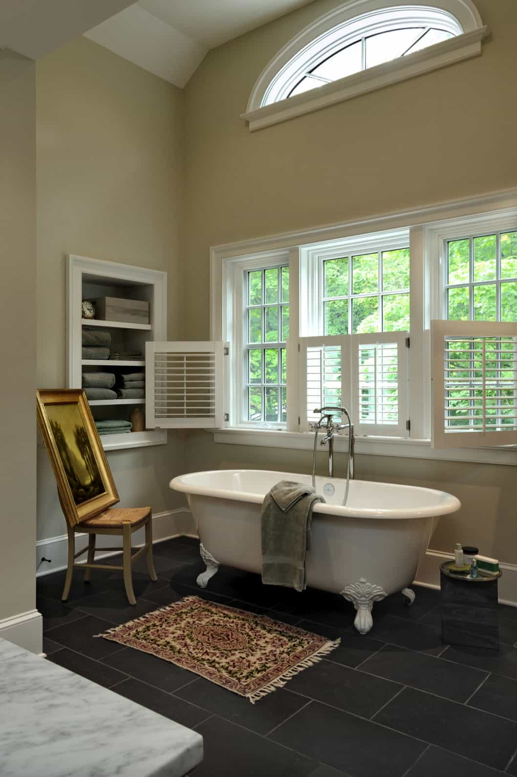 traditional-country-style-bathroom-with-a-clawfoot-tub