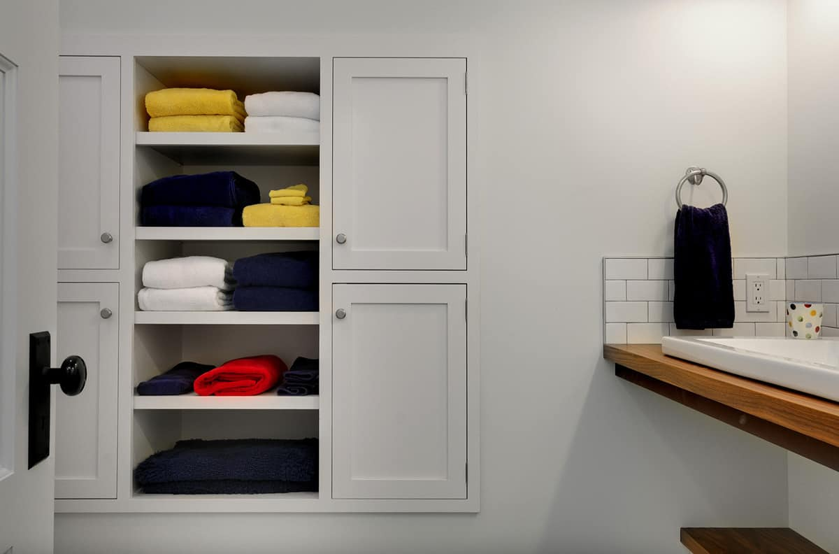 traditional-country-style-bathroom-with-built-in-wall-storage-for-towels