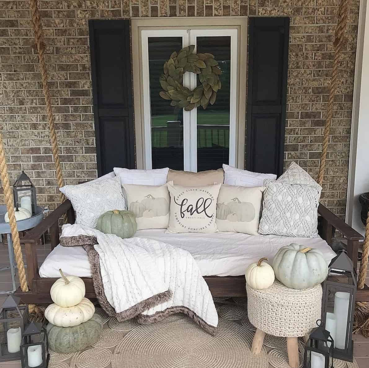 fall-porch-decorating-ideas-with-pumpkins-and-a-swing
