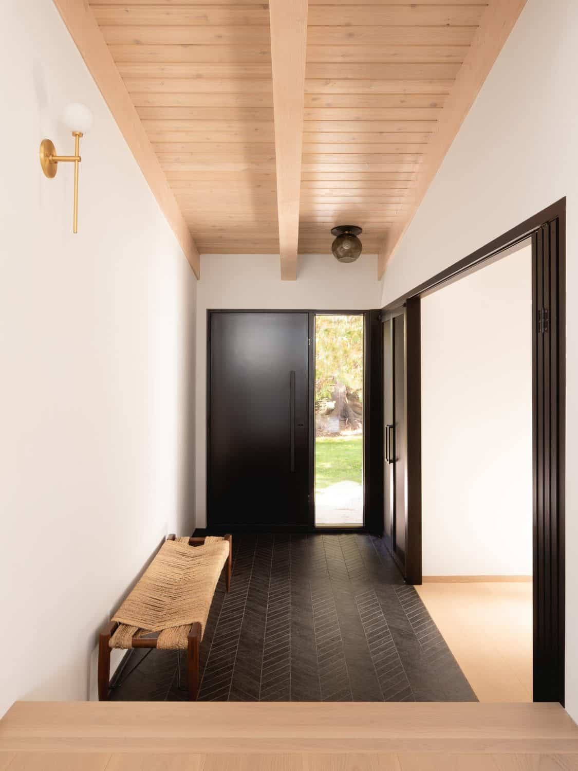 contemporary-lake-cottage-entry
