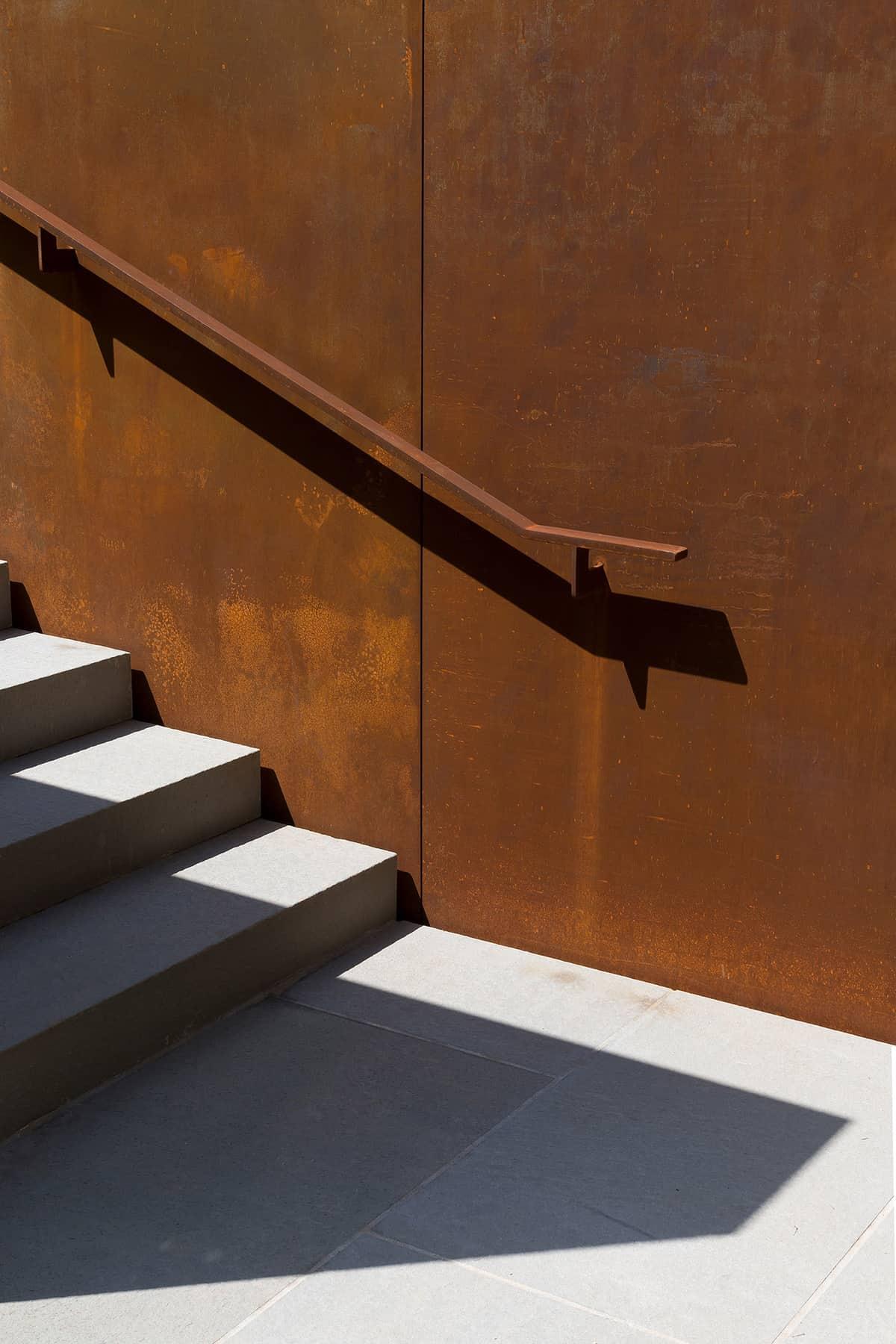 contemporary-home-outdoor-staircase