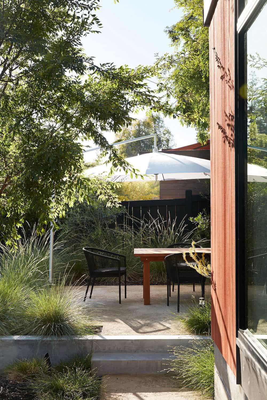 midcentury-modern-home-backyard