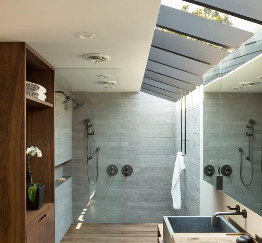 cuarto de baño moderno de mediados de siglo