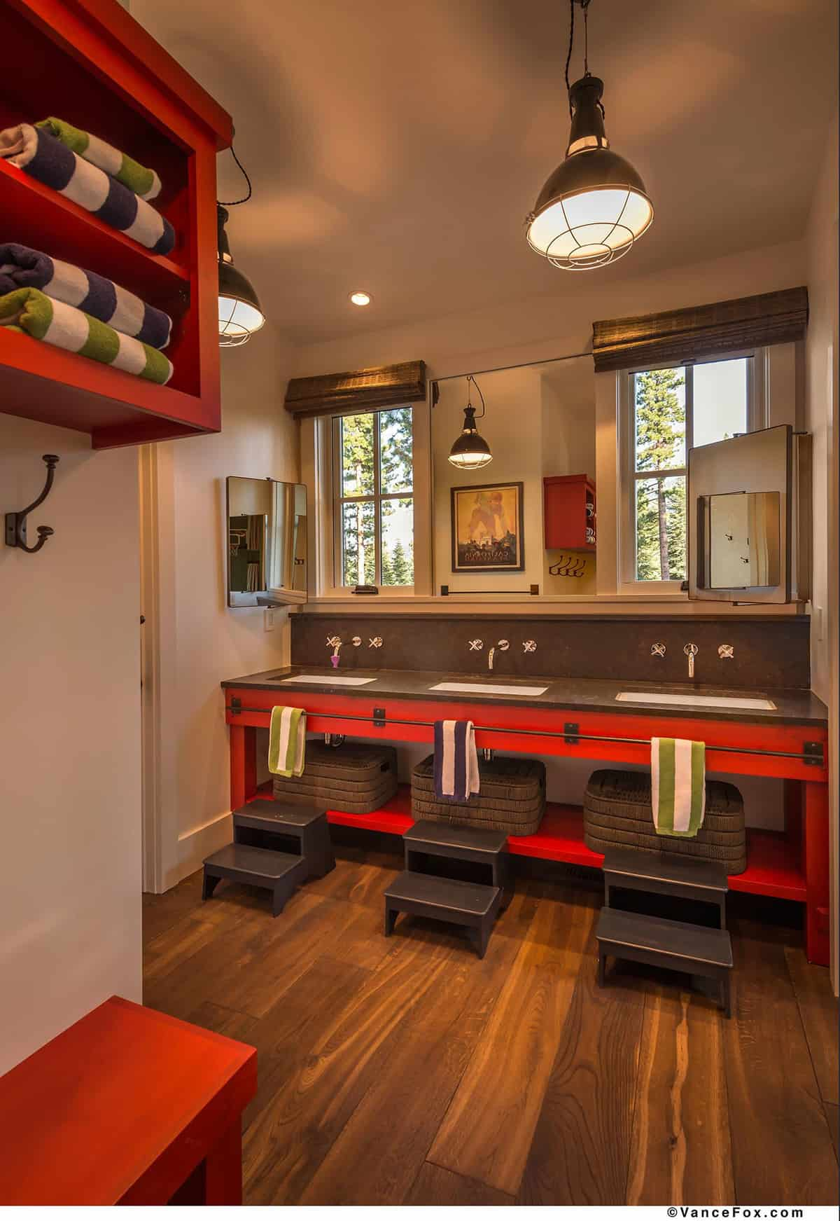 mountain-style-farmhouse-kids-bathroom