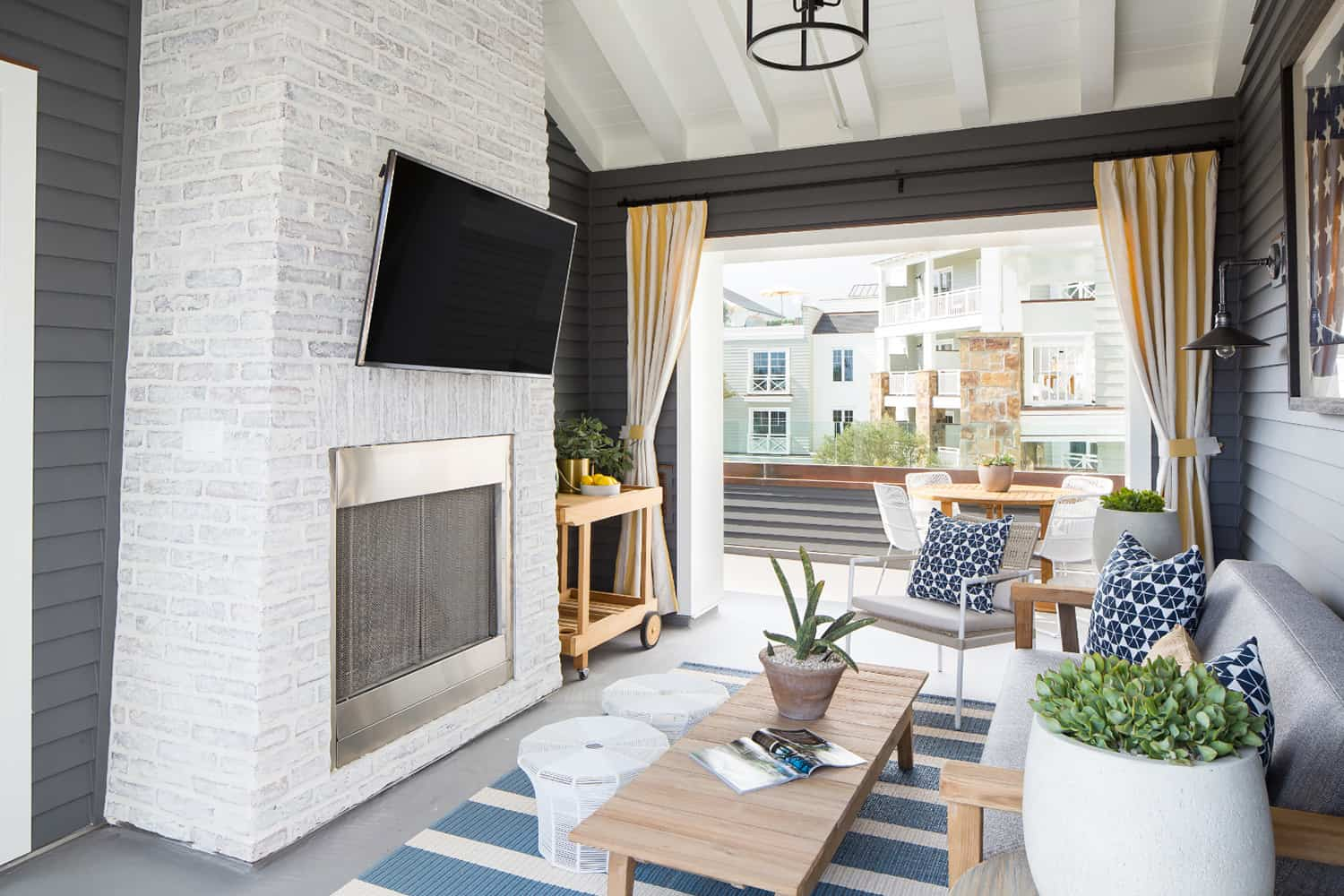 beach-style-covered-rooftop-deck