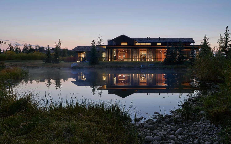 contemporary-wyoming-mountain-retreat-exterior-dusk