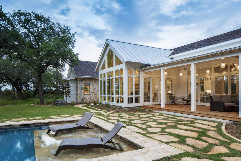 farmhouse-style-pool-lounge