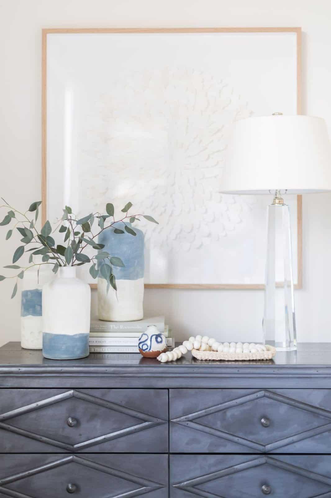 mediterranean-inspired-bedroom-hight-table-decor