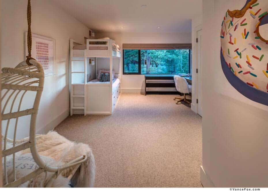 mountain-contemporary-home-bunk-bedroom