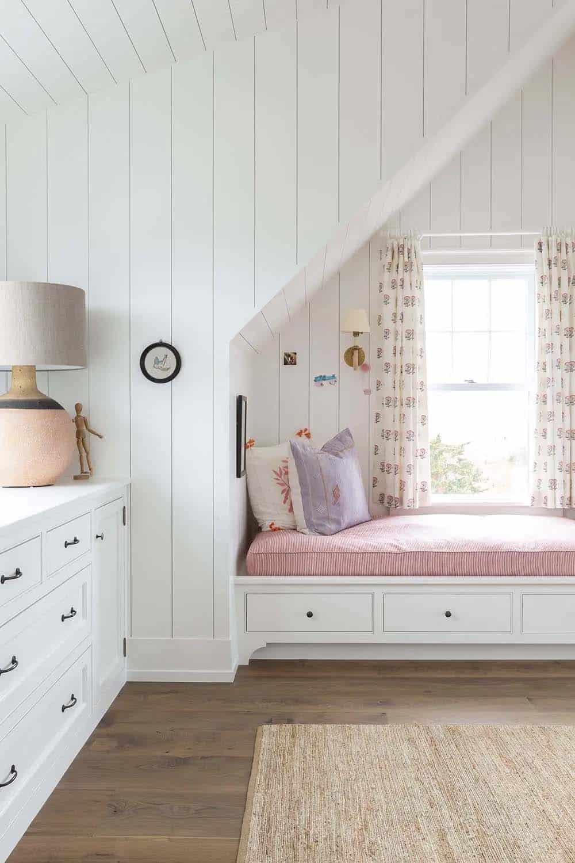 beach-house-bedroom-built-in-window-seat