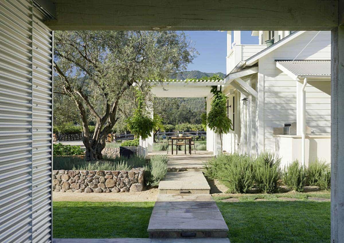 farmhouse-style-vineyard-home-landscape