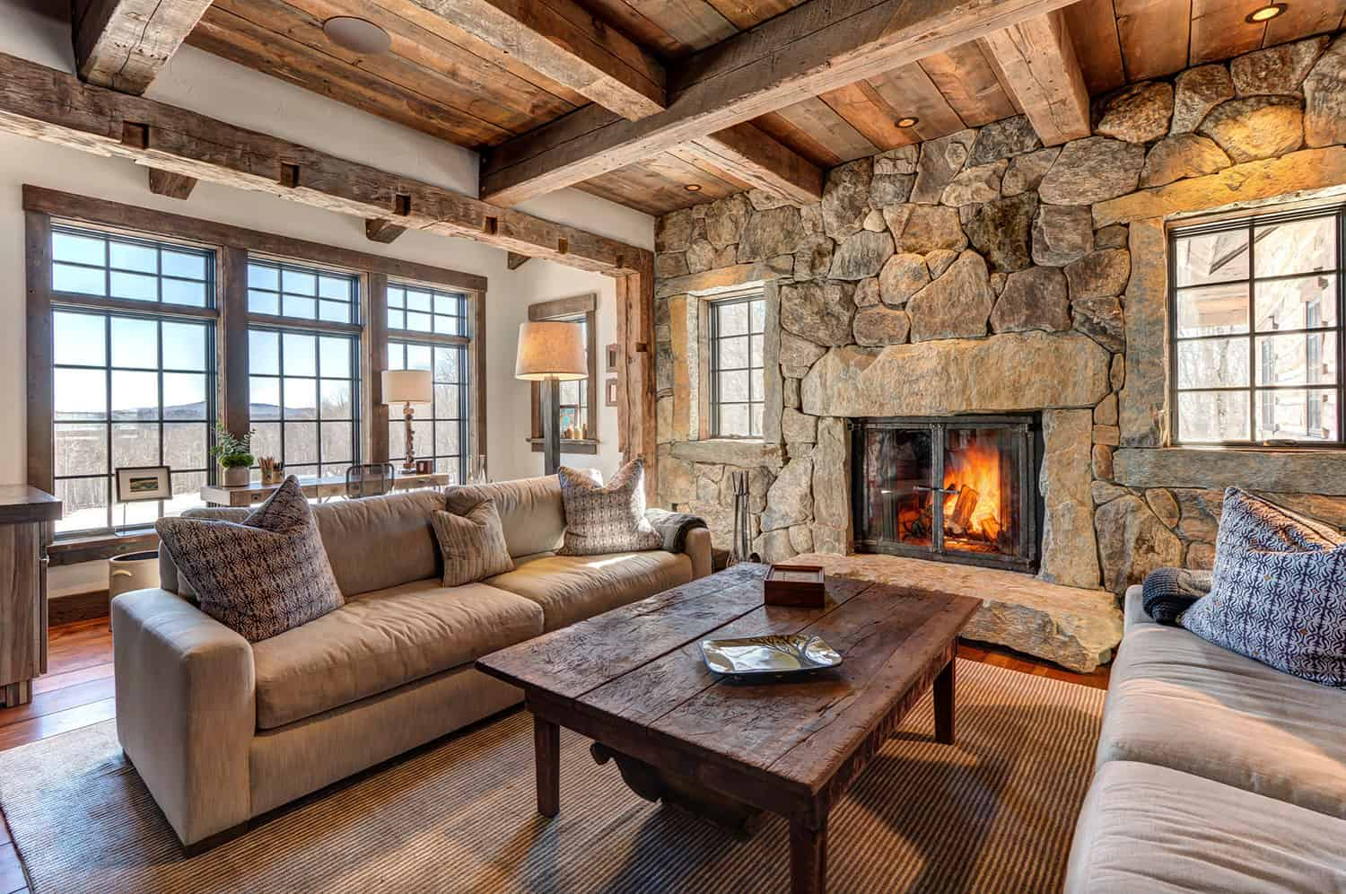 rustic-mountain-house-living-room