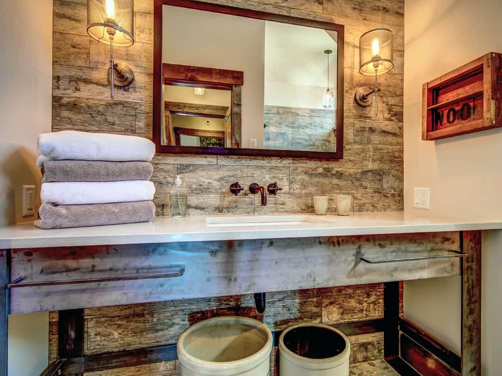 rustic-guest-bathroom