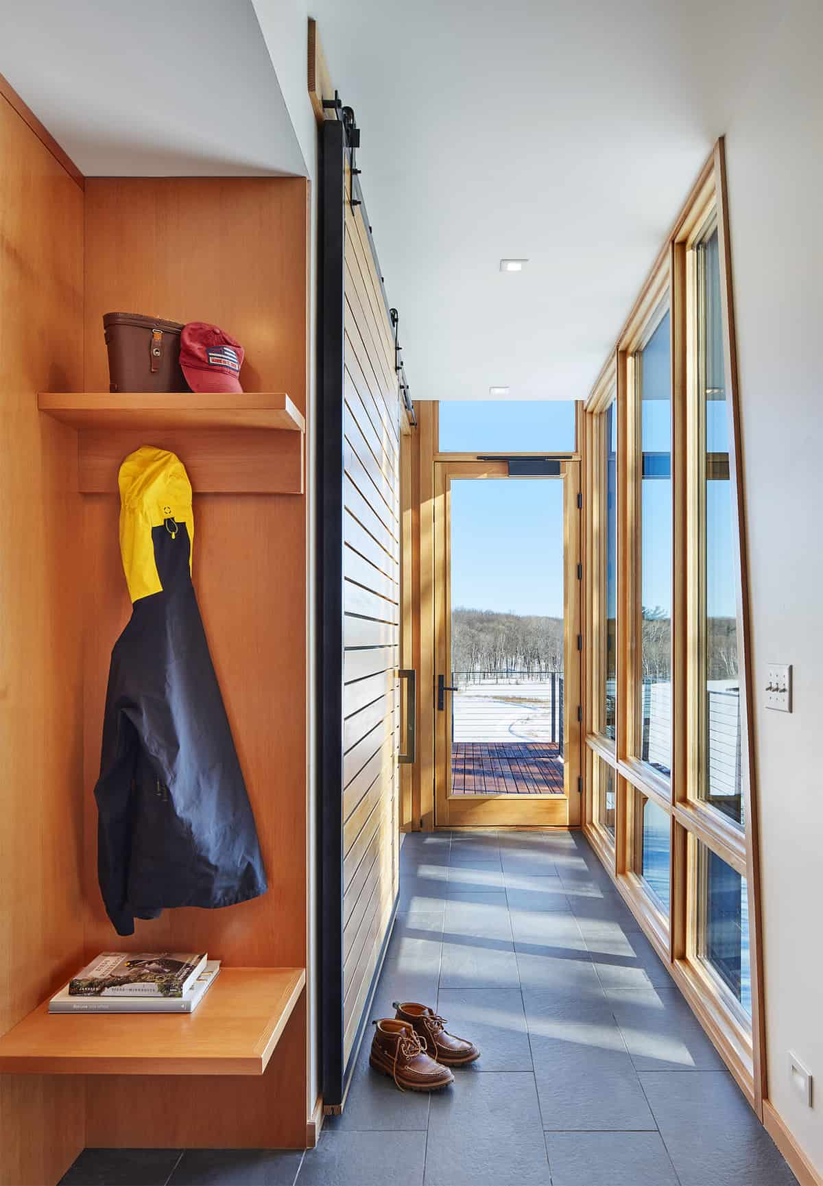 modern-cabin-mudroom-entry