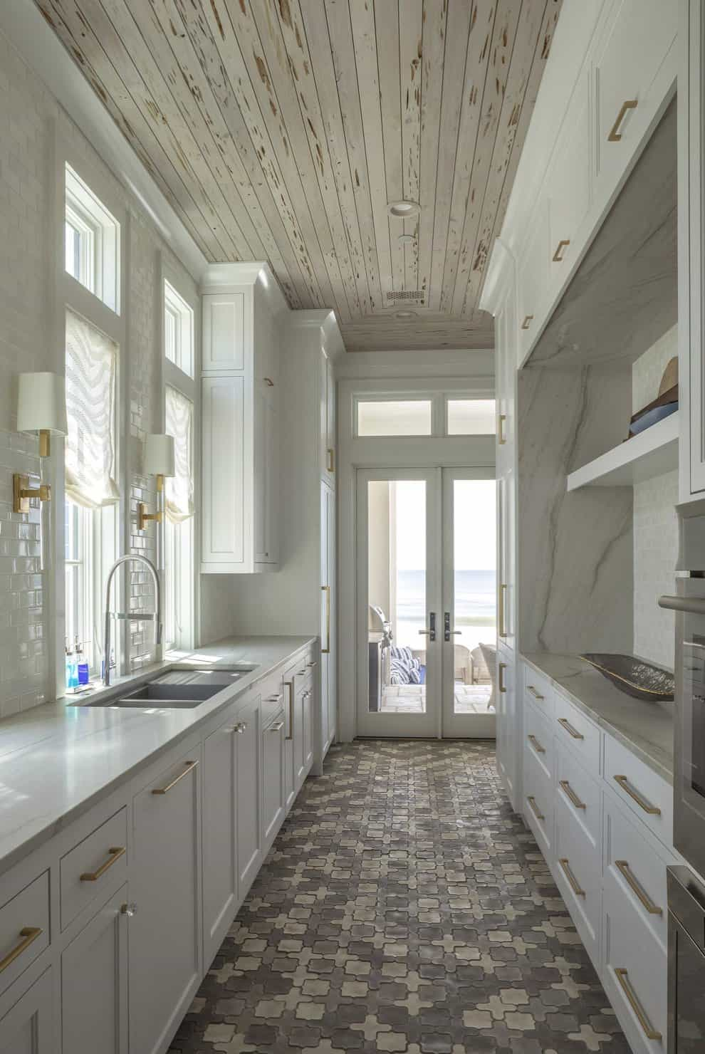 contemporary-beach-house-getaway-butlers-pantry