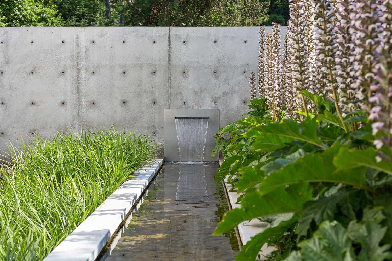 contemporary-lake-house-garden