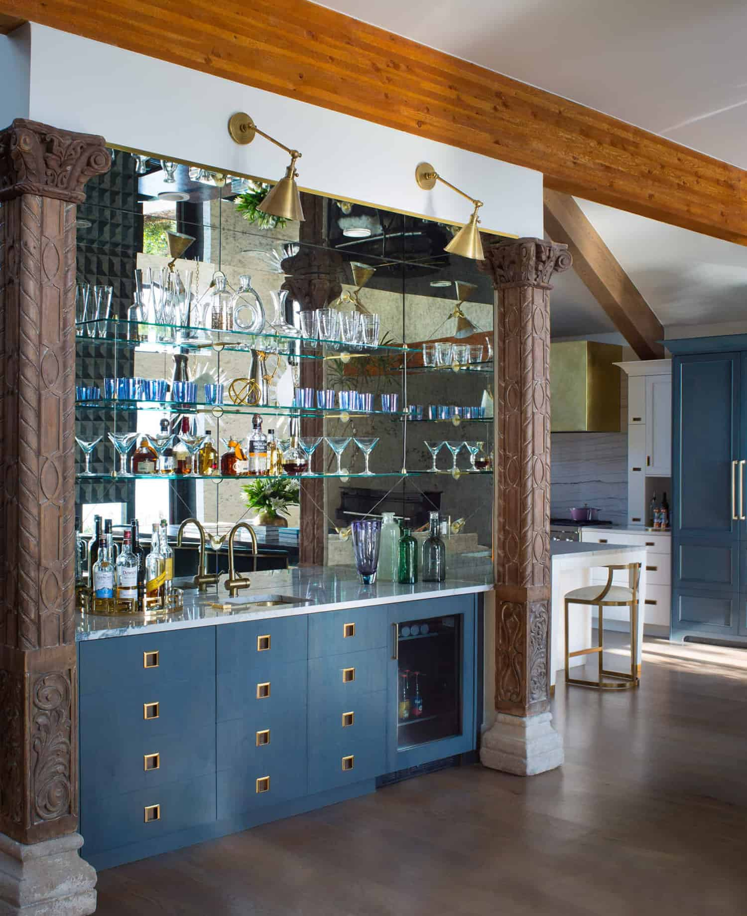contemporary-lakeside-home-bar