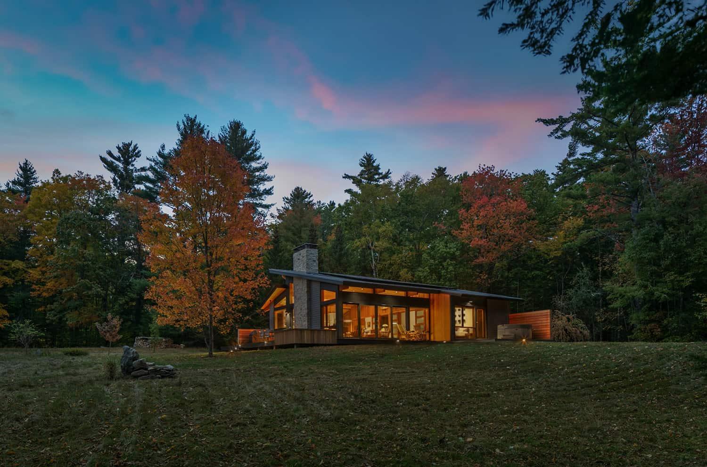 mid-century-modern-home-exterior-dusk