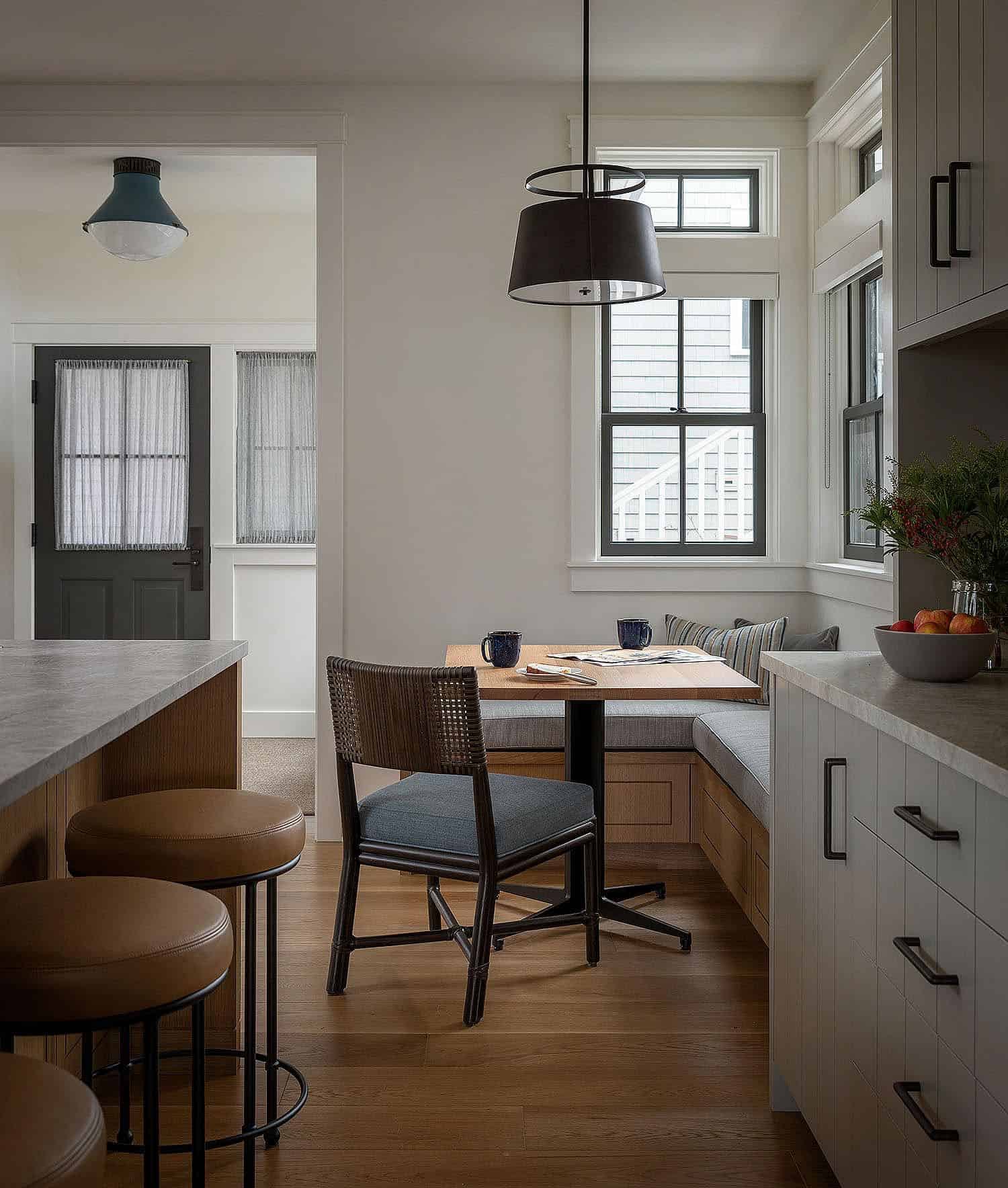 modern-coastal-style-kitchen-and-built-in-breakfast-nook