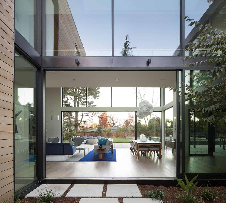 modern-courtyard-home-exterior