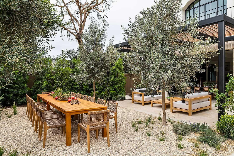transitional-style-backyard-patio-alfresco-dining